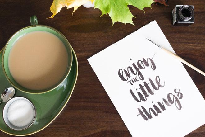 Oktober Lieblinge für kreative Inspiration, Brushlettering Enjoy the little things.