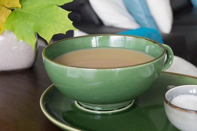 Oktober Lieblinge für kreative Inspiration, Tasse schwarzer Tee mit Milch und Zucker.