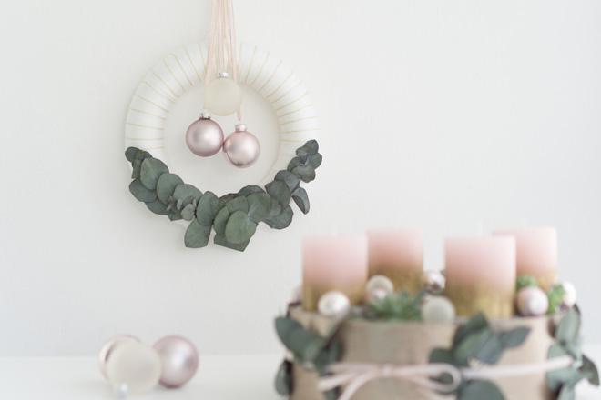 DIY | Türkranz selber machen: Für den Advent mit weißer Wolle, Eukalyptus und rosé-farbenen Christbaumkugeln
