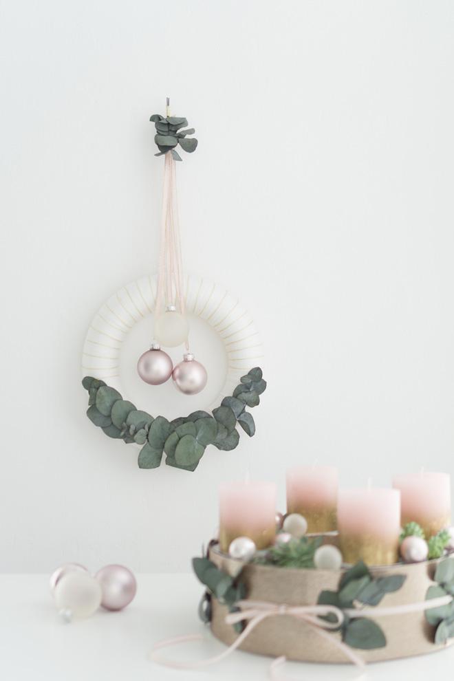 Türkranz selber machen: Kranz mit Wolle, Eukalyptus und rosé-farbenen Christbaumkugeln, DIY-Anleitung