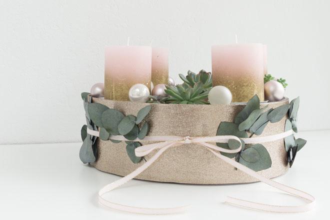 Adventskranz selebr machen, verzierter Adventskranz mit Sukkulenten und Eukalyptus in Greenery, Rosé und Gold