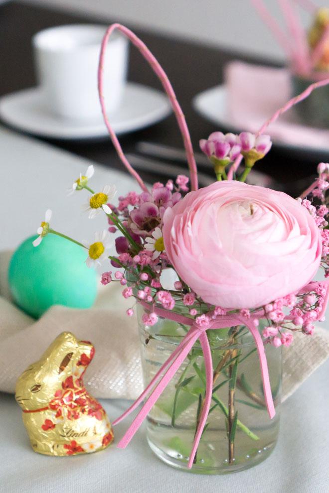 Tischdeko für Ostern: Einweckglas mit Hasenohren und Schnurrbarthaaren auf dem Tisch