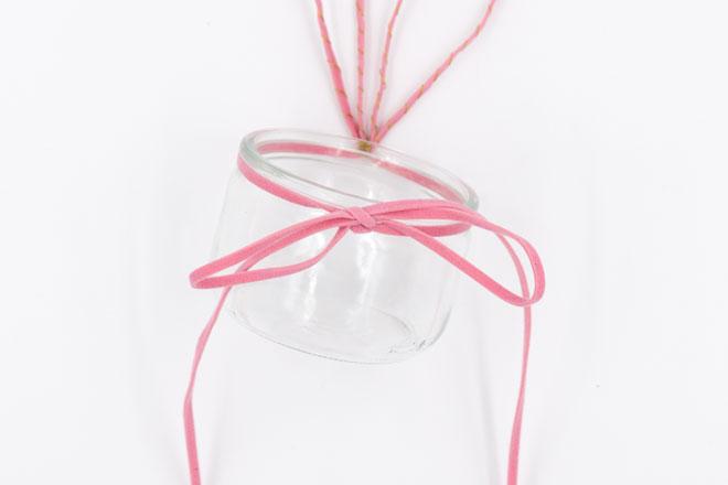 Tischdeko für Ostern: Einweckglas mit Hasenohren und Schnurrbarthaaren Anleitung Schleife binden Einweckglas