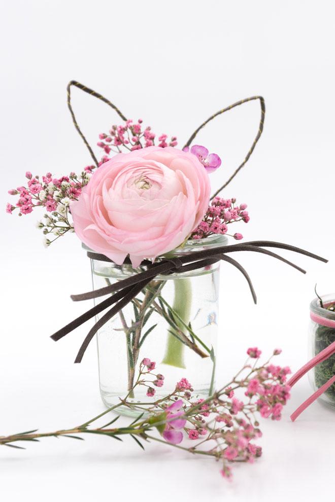 Tischdeko für Ostern: Einweckglas als Blumenvase mit Hasenohren und Schnurrbarthaaren