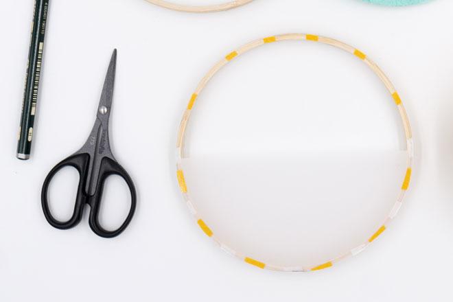DIY-Idee, Wanddeko selber machen Stickrahmen mit Transparentpapier vorbereiten