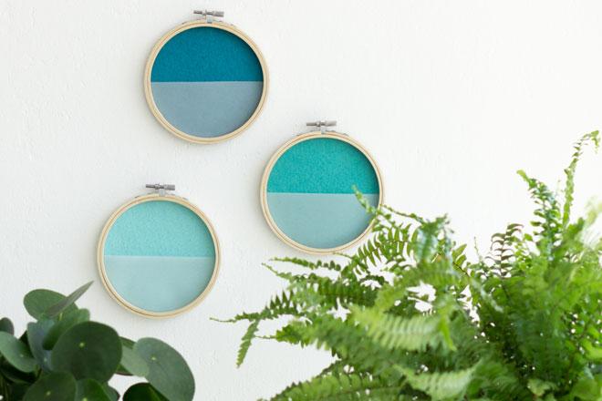 DIY-Idee, Wanddeko selber machen mit Filz im Stickrahmen, auch schön kombiniert mit Pflanzen