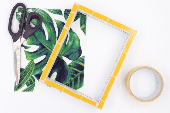 DIY Bilderrahmen dekorieren mit Stoffbild und Schrift, Bilderrahmen mit doppelseitigem Klebeband vobereiten