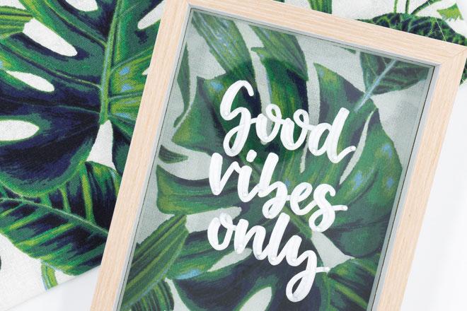 Tropical Vibes meets Lettering: Good vibes only auf Monstera-Stoffprint für einen Bilderrahmen zum Dekorieren