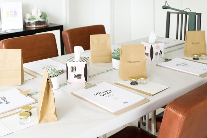 Dekorierter Tisch für meinen ersten Lettering Workshop mit Materialien und Lettering Guide