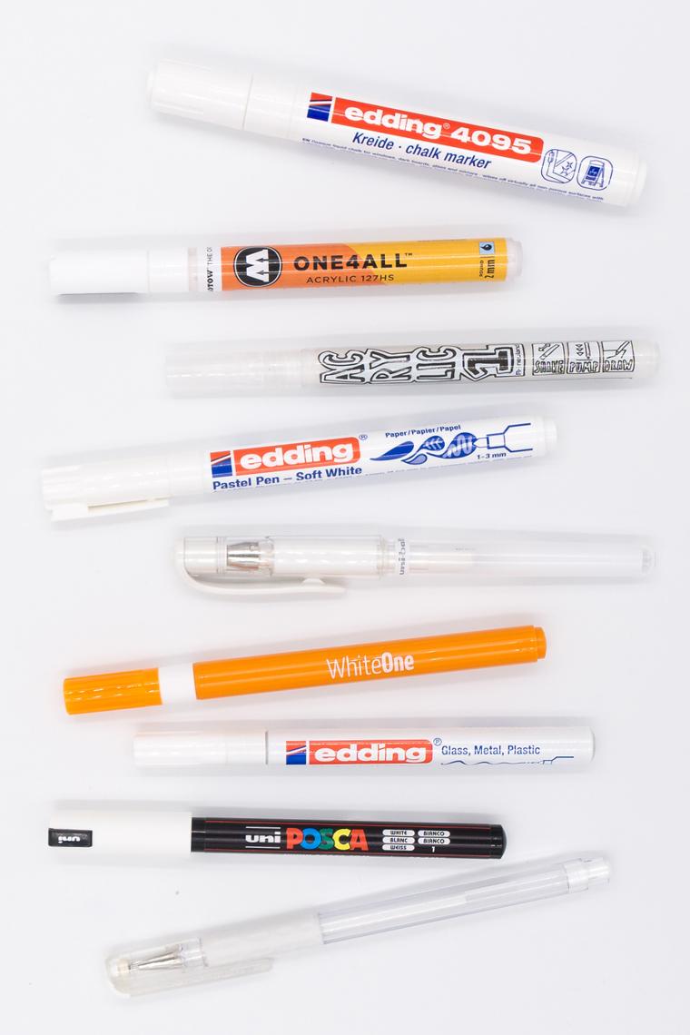 Lettering Stifte - Test auf verschiedenen Materialien mit insgesamt neun weißen Stiften
