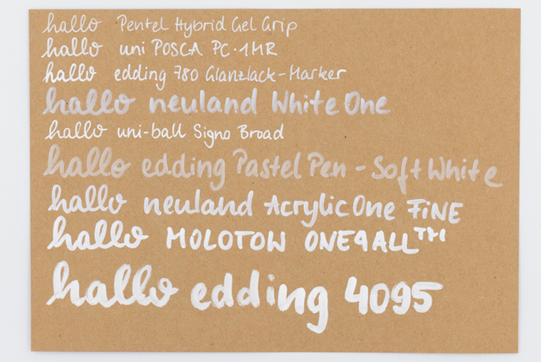 Weißer Stift auf Kraftpapier im Lettering Stifte Guide mit insgesamt neun weißen Stiften