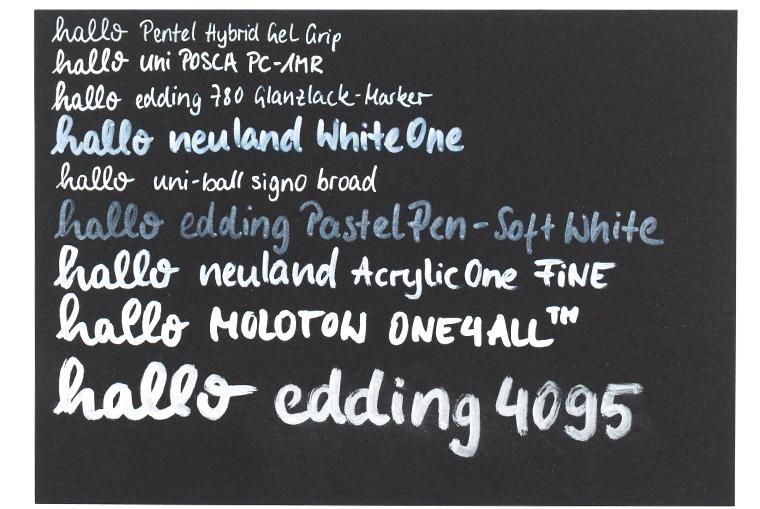 Weißer Stift auf schwarzem Papier im Lettering Stifte Guide mit insgesamt neun unterschiedlichen Stiften getestet