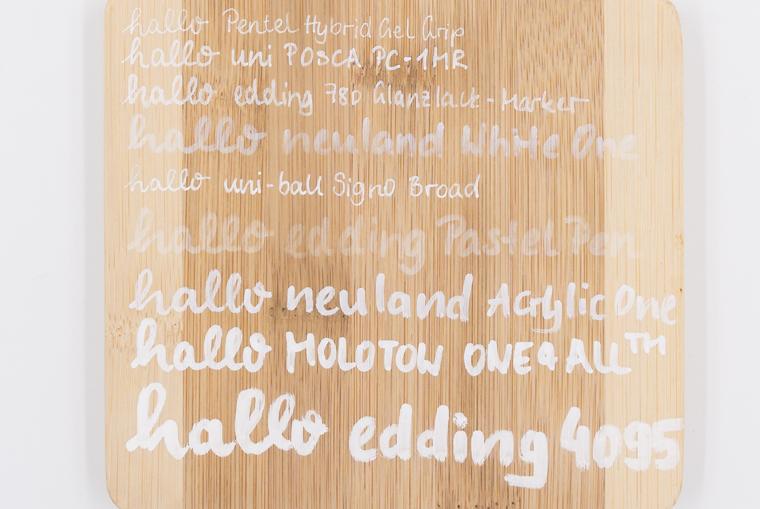 Lettering Stifte getestet auf Holz mit neun weißen Stiften