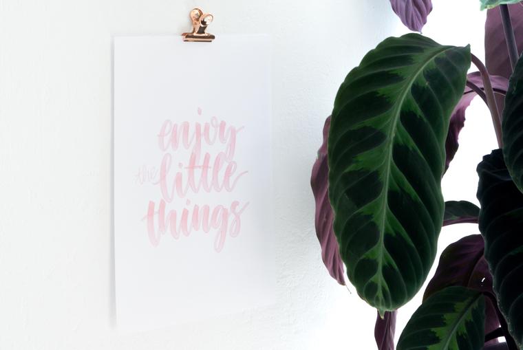 DIY-Idee: Bilder aufhängen ohne Bohren und das Lettering-Poster Enjoy the little things als Freebie