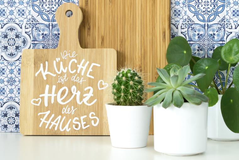 Einfache DIY-Idee zum Nachbasteln mit Lettering-Vorlage für ein Holzbrett als Küchendeko, auch schön als Geschenk oder zum selbst behalten.