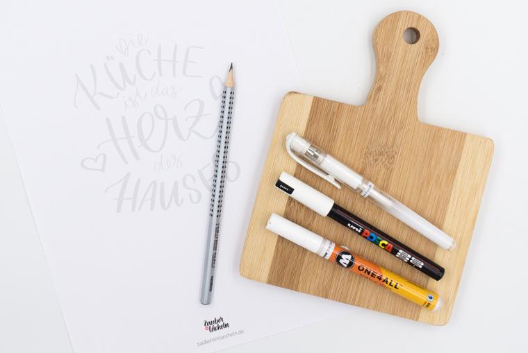 Material für die DIY-Idee Küchendeko, Lettering auf Holzbrett mit Bleistift, kostenloser Vorlage, weißen Stiften und Holzbrett