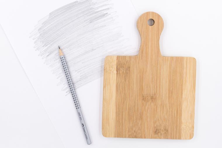 DIY-Idee, Kühendeko selber machen: Lettering Vorlage auf das Holzbrett übertragen mit Bleistift und der Lettering-Vorlage
