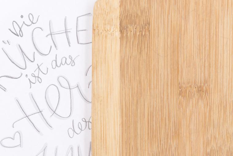 Küchendeko selber machen mit einem Lettering auf Holzbrett, Lettering von Vorlage auf das Brett übertragen