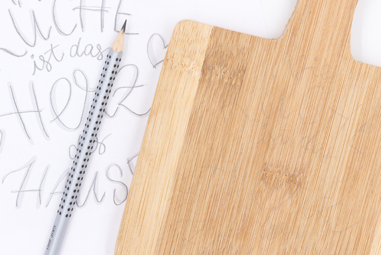 selbstgemachte Küchendeko Lettering auf Holzbrett vorzeichnen
