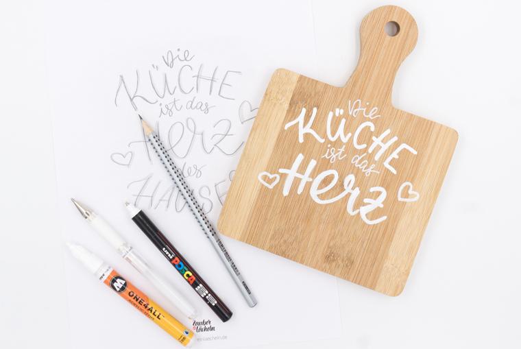 DIY zum Nachbasteln: Lettering auf Holzbrett als Küchendeko, Lettering mit weißen Stiften aufzeichnen