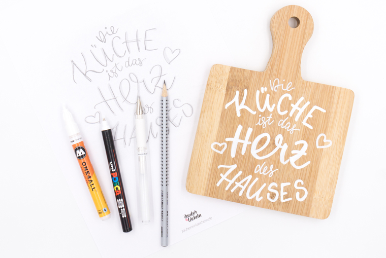 Fertig gestaltetes Lettering auf Holzbrett als selbstgemachte Küchendeko