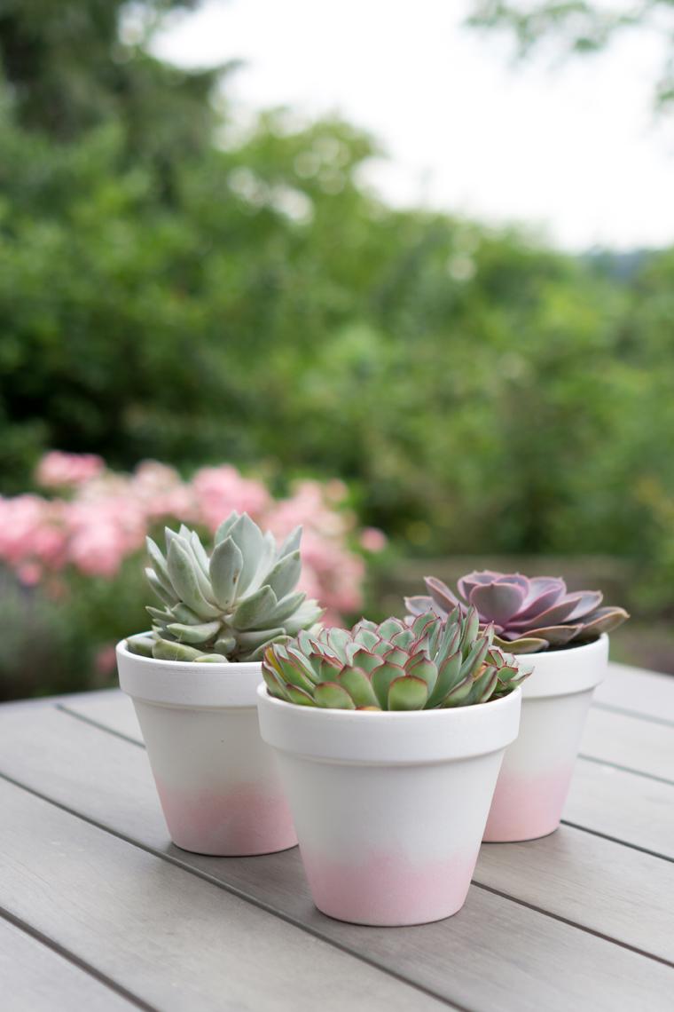 Blumentöpfe bemalen mit Acrylfarbe, schön für den Garten als Übertöpfe