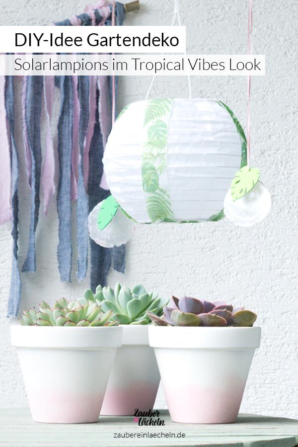 Eine tolle DIY-Idee für Gartendeko zum selber machen. Eine Anleitung für verzierte Solarlampions im Tropical Vibes Look. Schön für Balkon und den Garten als Deko. Zum Selber behalten oder auch zum verschenken. Die Idee ist ganz schnell gebastelt und man benötigt gar nicht viel Material.
