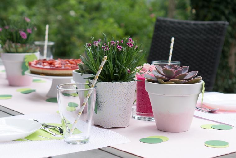 Party Deko mit Monstera-Blättern aus Papier, Gartenblumen und Sukkulenten