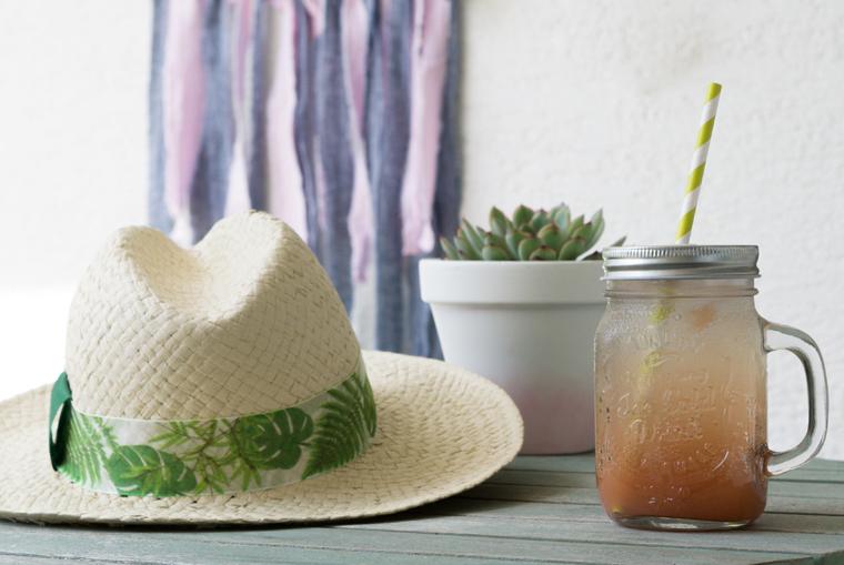Sommer, Sonne und ein kaltes Getränk Strohhut als Accessoire für den Sommer