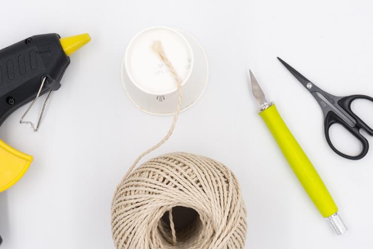 Seil an Pappbecher befestigen für selbst gemacht Sukkulenten Töpfe