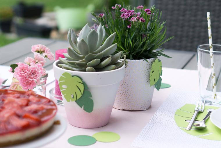 Tischdeko mit Sukkulenten und Gartenblumen für Tropical Vibes Party selber machen