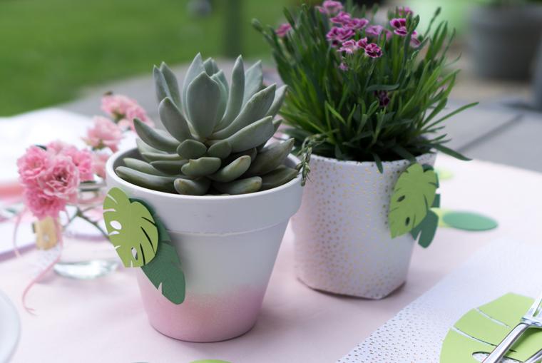 Tischdeko mit tropischen Blättern aus Fotokarton und Sukkulenten