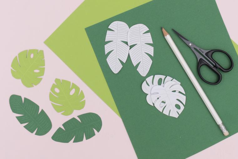 Bananen- und Monstera-Blätter aus Fotokarton basteln für eine Tischdeko mit Sukkulenten und Gartenblumen