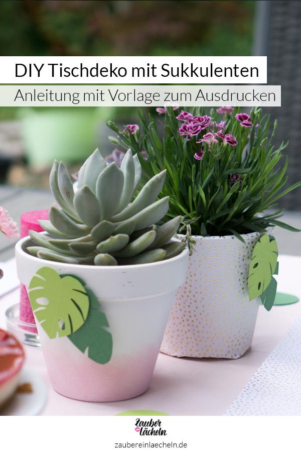 DIY-Idee Tischdeko mit Sukkulenten und Gartenblumen verziert mit kleinen Monstera- und Bananenblättern aus grünem Fotokarton. Die Vorlage und die Schritt für Schritt Anleitung auf dem Blog entdecken und nachbasteln.