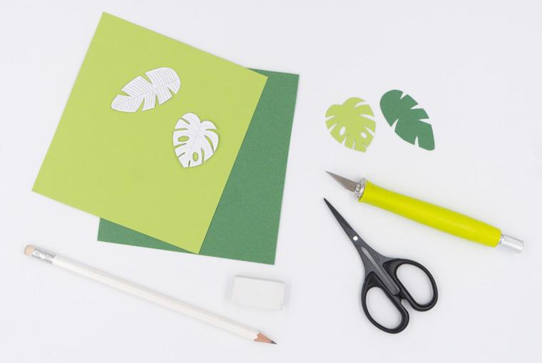 Tropische Blätter aus Papier für den Cake Topper vorbereiten