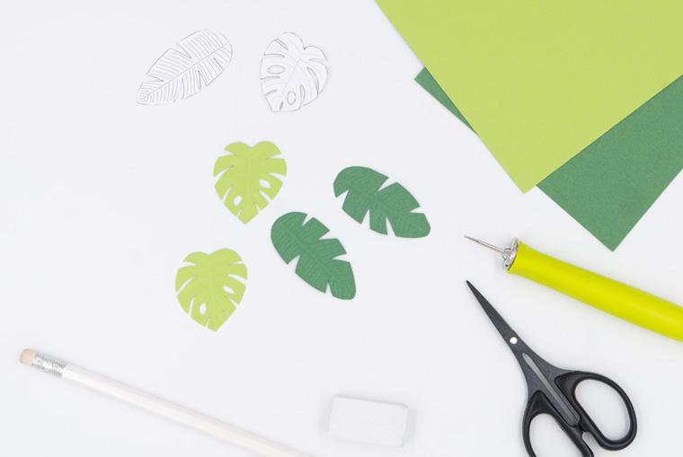 Ausgeschnittene tropische Blätter aus Fotokarton