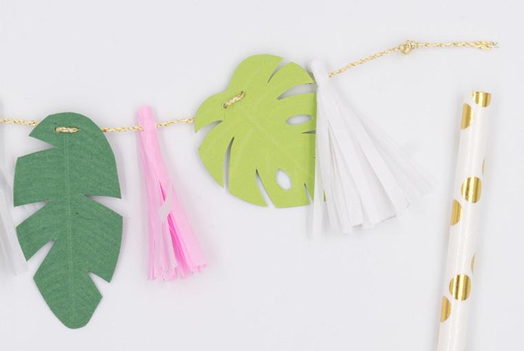 Cake Topper im Tropical Vibes Stil selber machen mit Quasten aus Seidenpapier, tropischen Blättern aus Fotokarton und Papierstrohhalmen