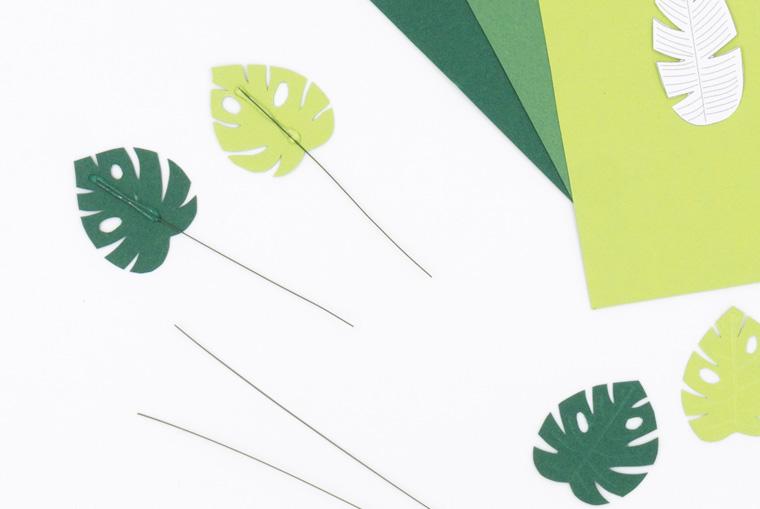 Kleine Blätter aus Fotokarton auf Basteldraht aufgeklebt