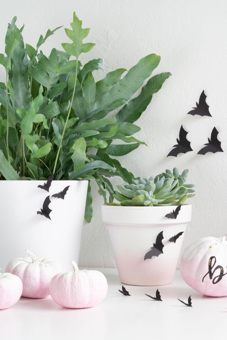 Deko für Halloween selber machen mit Papier-Fledermäusen