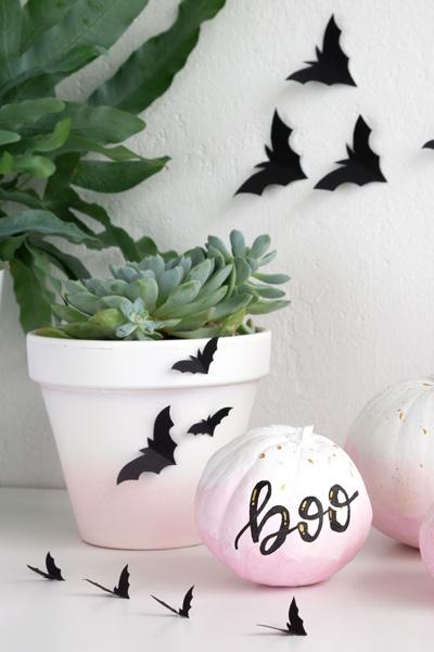 Schnelle Halloween Deko mit Papier-Fledermäusen auf Übertöpfen