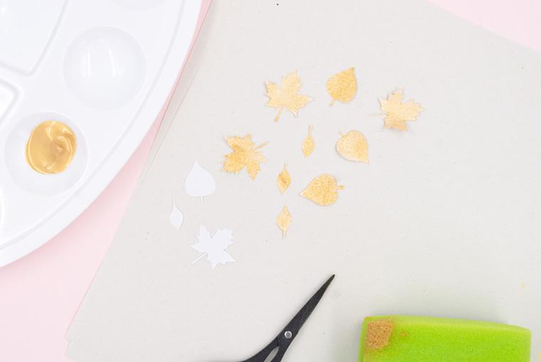 Goldene Blätter aus Papier vorbereiten für die Kürbis Deko
