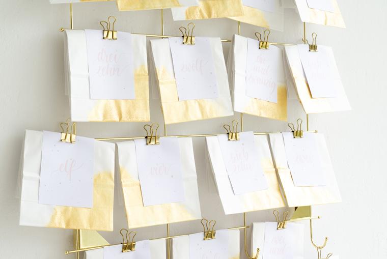 Adventskalender mit Gold und Zahlenkärtchen