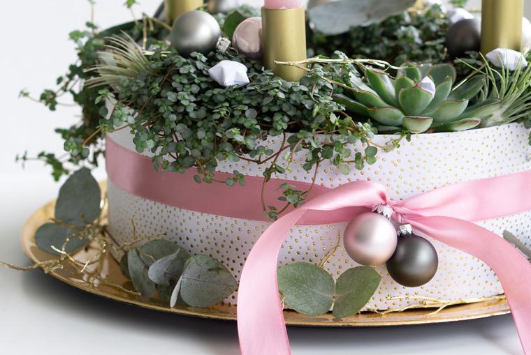 Manschette aus Geschenkpapier für den Adventskranz