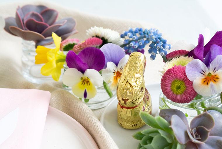 Frühlingsblüher und Sukkulenten als Tischdeko zu Ostern