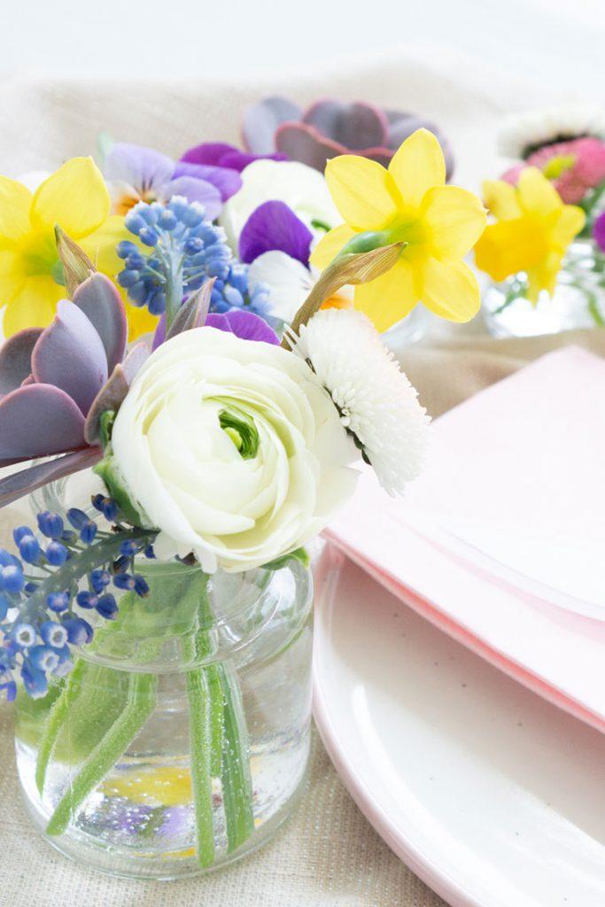 Frühlingsblüher in kleinen Gläschen für Ostern
