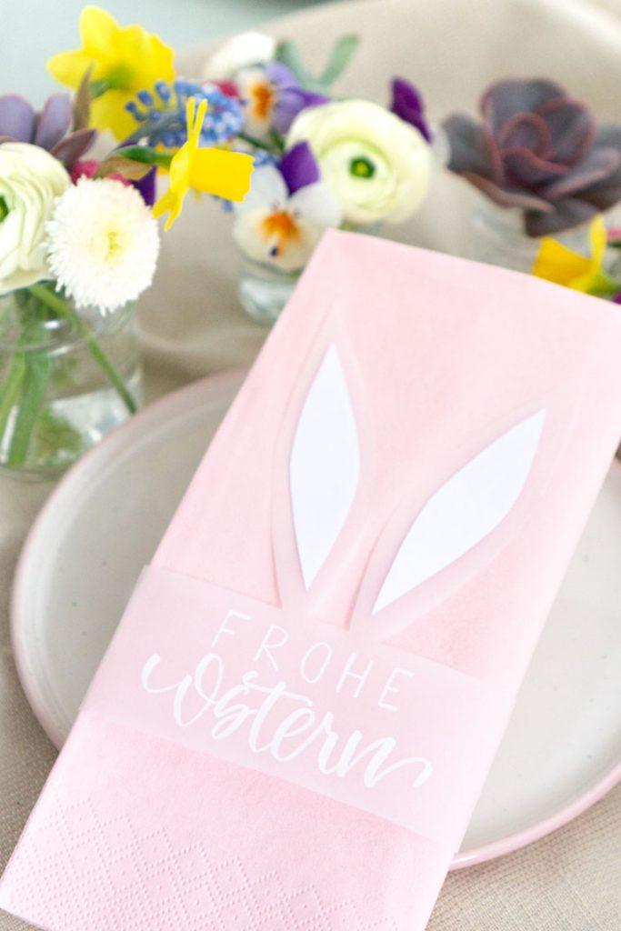 Tischdeko für Ostern selber machen mit Frühlingsblühern, Sukkulenten und einem Osterhasen mit Lettering