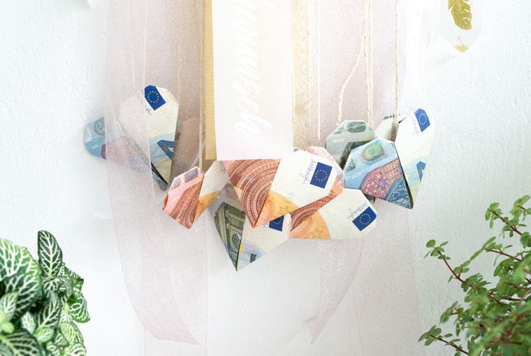Geldgeschenk Hochzeit: Geldschein-Herzen schön verpackt als Traumfänger